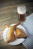 啤酒和熏制的鸡 库存照片