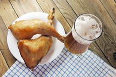 啤酒和熏制的鸡 免版税库存照片