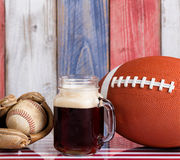 啤酒和美国体育反对与退色的木板painte 免版税图库摄影
