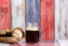 啤酒和美国棒球设备有退色的木板pa的 库存图片