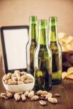 啤酒和花生 免版税库存照片