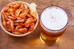 啤酒和虾在碗在木背景 杯啤酒和大虾 侥幸 库存照片