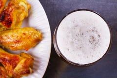 啤酒和鸡翼水牛 侥幸 啤酒和食物概念 库存图片