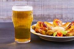 啤酒和鸡翼水牛 侥幸 啤酒和食物概念 库存照片