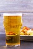 啤酒和鸡翼水牛 侥幸 啤酒和食物概念 免版税库存图片