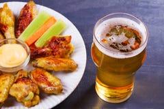 啤酒和鸡翼水牛 侥幸 啤酒和食物概念 免版税库存照片