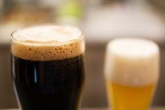 黑啤酒和贮藏啤酒Glassed  图库摄影