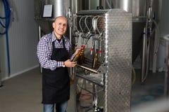 啤酒啤酒厂的男性工作者 库存图片