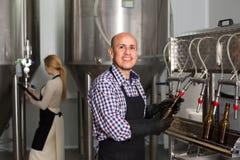 啤酒啤酒厂的男性工作者 图库摄影