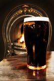 啤酒在爱尔兰客栈射击里面的黑色都&# 免版税库存照片