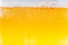 啤酒在高放大和特写镜头起泡 图库摄影