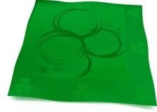 啤酒套餐巾用的小环三叶草 免版税图库摄影