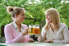 啤酒女孩 库存图片