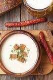 啤酒奶油色汤用莳萝油煎方型小面包片啤酒和 免版税图库摄影