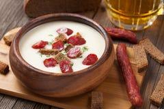 啤酒奶油色白色汤用香肠和油煎方型小面包片 免版税库存图片