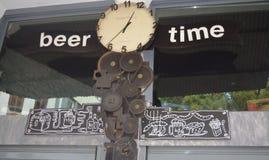 啤酒定期的看看您的手表 免版税库存照片