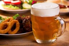 啤酒寒冷杯子 免版税库存图片