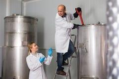 啤酒工厂的两名啤酒厂工作者 库存图片