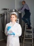啤酒工厂的两名啤酒厂工作者 库存照片