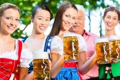啤酒庭院-喝在巴伐利亚客栈的朋友 库存图片
