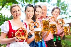 啤酒庭院-喝在巴伐利亚客栈的朋友 库存照片