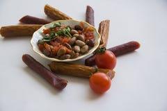 啤酒开胃菜:豆和香肠 库存照片