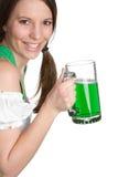 啤酒微笑的妇女 库存图片