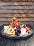 啤酒快餐 对啤酒薄脆饼干的快餐,乳酪黏附,鸡翼,油炸肉 免版税库存照片