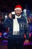 啤酒恋人在圣诞老人帽子 库存照片