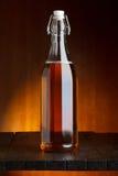 啤酒或萍果汁瓶 免版税库存图片