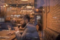 啤酒时间 与长的胡子饮料的商人在雪茄俱乐部 严肃的酒吧顾客在咖啡馆饮用的强麦酒坐 日期会议 免版税库存图片