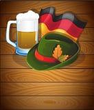 啤酒杯、德国旗子和慕尼黑啤酒节帽子 免版税库存照片