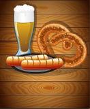啤酒杯、椒盐脆饼和香肠 库存图片