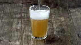 啤酒杯倾吐 影视素材