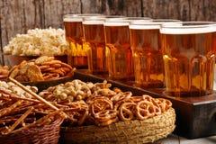 啤酒杯和快餐行在木背景足球迷 免版税库存图片