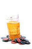 啤酒杯和赌博娱乐场芯片 免版税图库摄影
