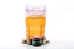 啤酒杯和赌博娱乐场芯片 图库摄影