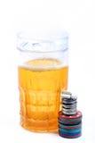 啤酒杯和赌博娱乐场芯片 免版税库存照片