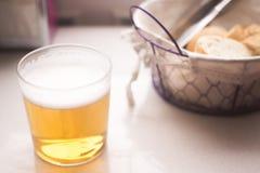 啤酒杯和面包篮子 库存图片