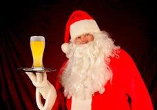 啤酒杯圣诞老人盘 免版税库存照片
