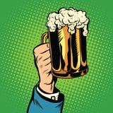 啤酒杯在手中,减速火箭的流行艺术 库存图片