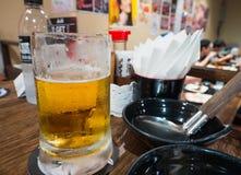 啤酒杯在餐馆 免版税图库摄影
