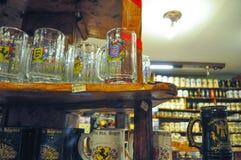 啤酒杯子全视图在10月费斯特的啤酒商店在别墅贝尔格拉诺,科多巴,阿根廷一般 库存图片