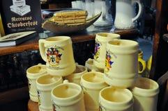 啤酒杯子全视图在10月费斯特的啤酒商店在别墅贝尔格拉诺,科多巴,阿根廷一般 库存照片