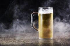 啤酒杯表 免版税图库摄影