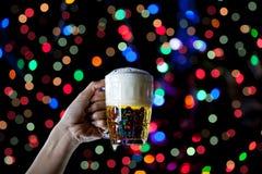 啤酒杯Bokeh背景,与庆祝,蜂的啤酒节日 免版税库存照片