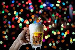 啤酒杯Bokeh背景,与庆祝,蜂的啤酒节日 免版税库存图片