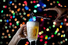 啤酒杯Bokeh背景,与庆祝,蜂的啤酒节日 库存图片