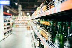 啤酒架子在商店 免版税库存图片