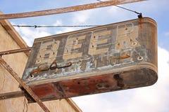 啤酒标志指示一个长的被放弃的酒吧的地点 免版税库存照片